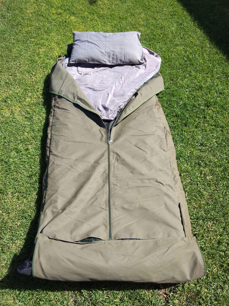 Bettrolle mit Schlafsack und Kissen